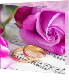Trouwkaarten met ringen - trouwkaart golden rings with purple rose, vk